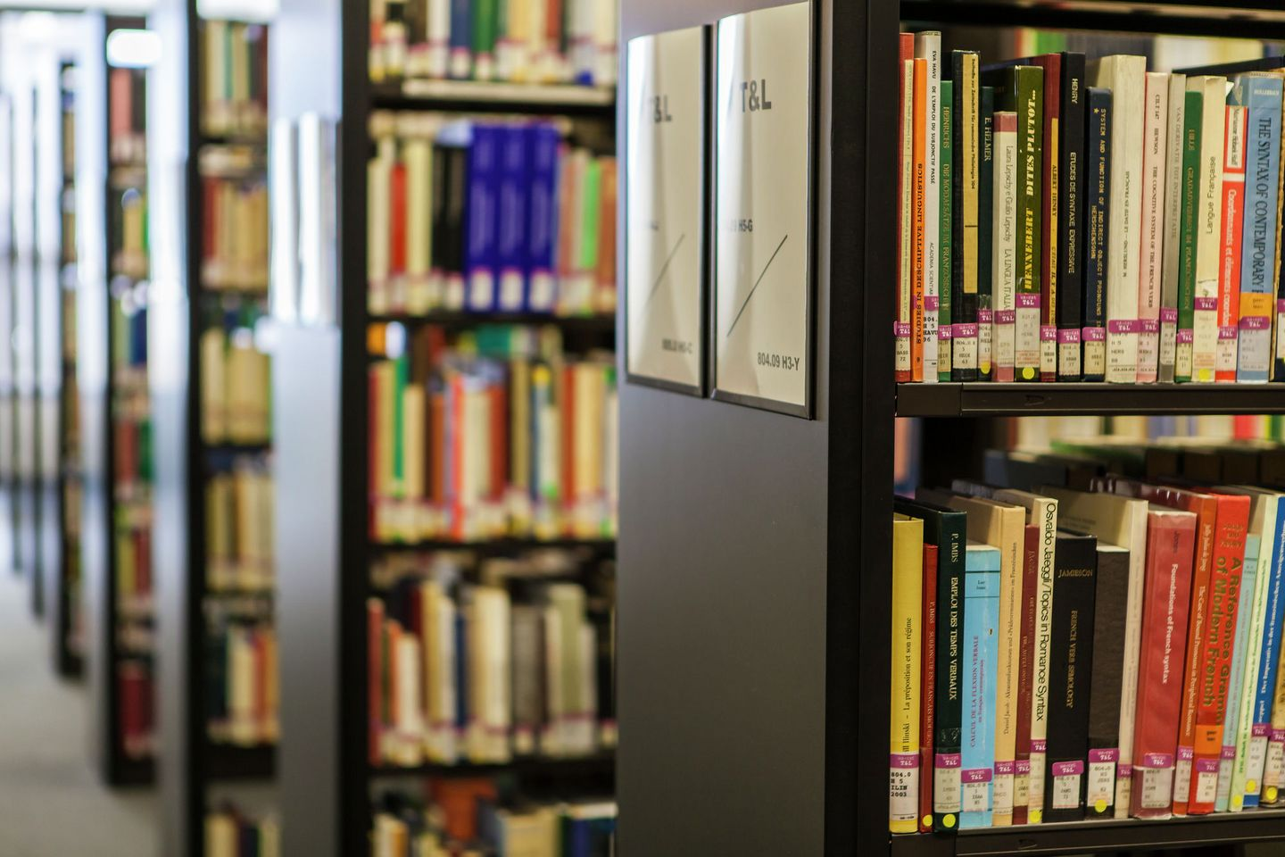 bookshelves-in-library
